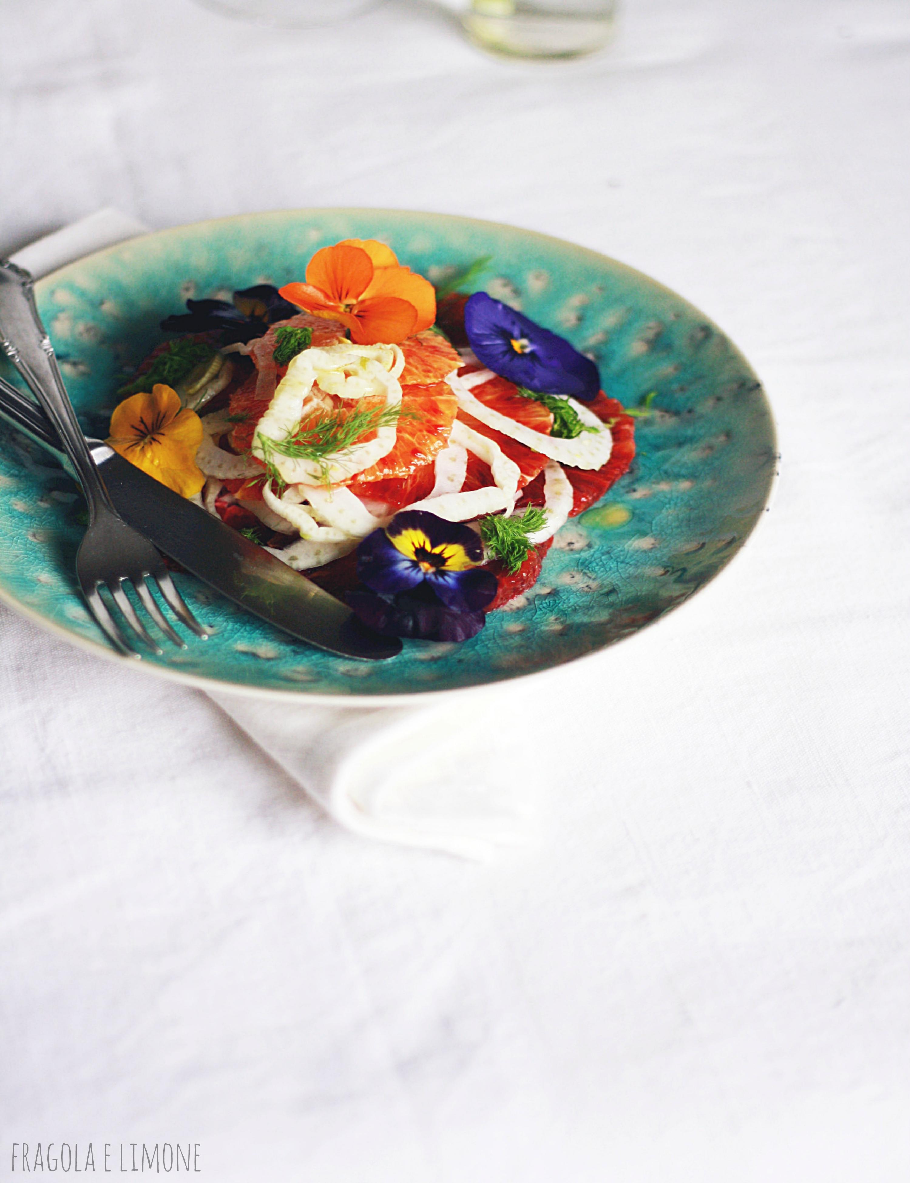 insalata finocchi e arance con fiori edibili