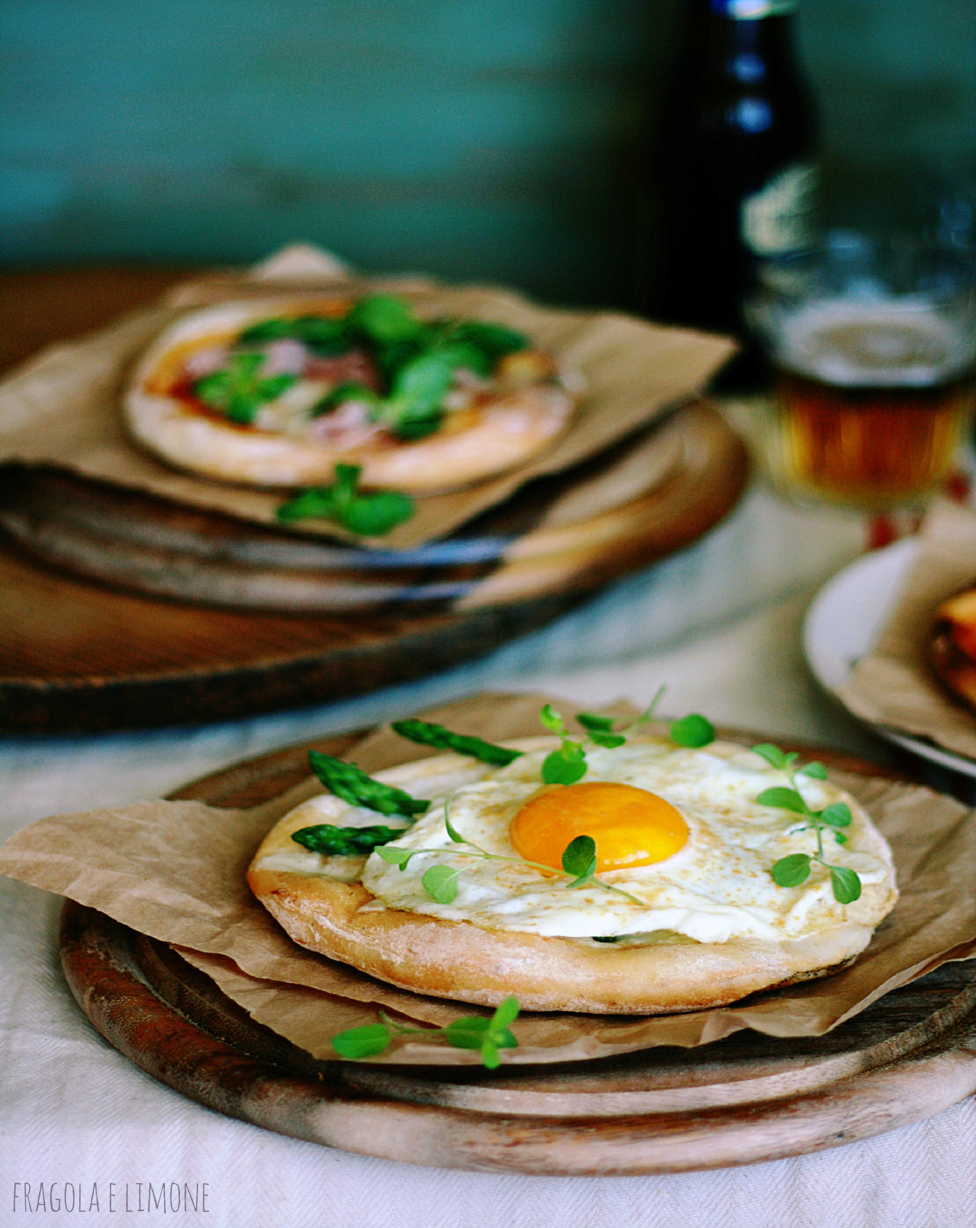 pizza con uova ed asparagi