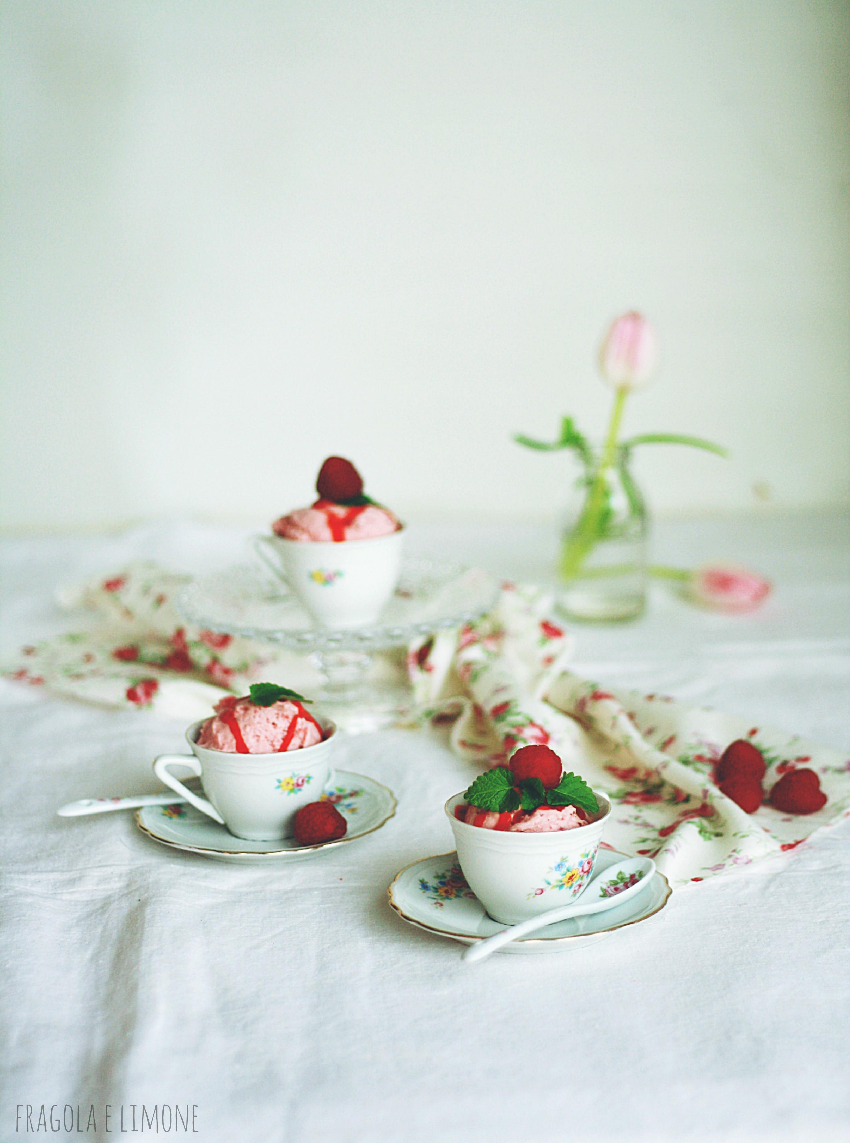 tazzine con gelato alle fragole e rabarbaro